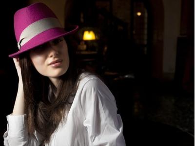 Cappello fuxia con fascia