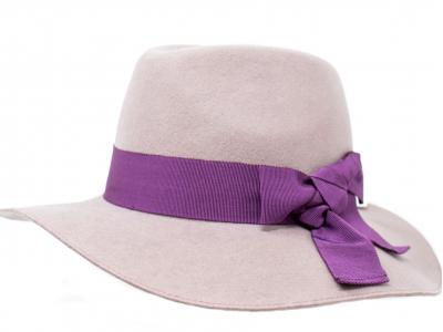 Cappello bianco fascia viola